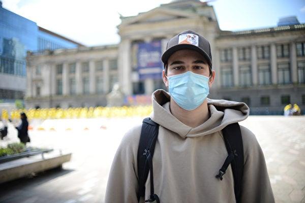 來自意大利的大學生Luca對法輪功學員堅韌不屈的精神表示敬佩。(大宇/大紀元)