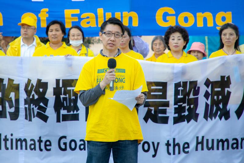 2020年9月30日,法輪功學員賀賓在中共駐美大使館前的集會上闡述了「三退」大潮和停止迫害法輪功對中國社會的重要影響。(林樂予/大紀元)