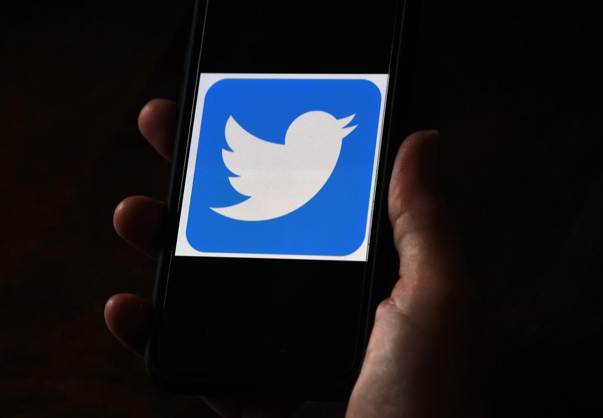 推特(Twitter)周一在財務報告中透露,由於該公司不當使用用戶的個人數據來投放廣告,目前正接受美國聯邦貿易委員會(FTC)的調查,可能面臨最高2.5億美元的罰款。 (OLIVIER DOULIERY/AFP via Getty Images)