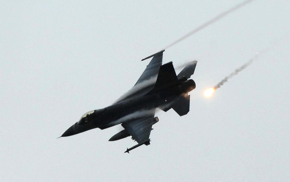 美國媒體報道說,美國政府預計在幾周後公佈對台出售66架F-16V戰機案。圖為2008年12月24日,台灣一架F-16戰機在模擬反中共入侵演習中發射熱焰彈。(PATRICK LIN/AFP/Getty Images)