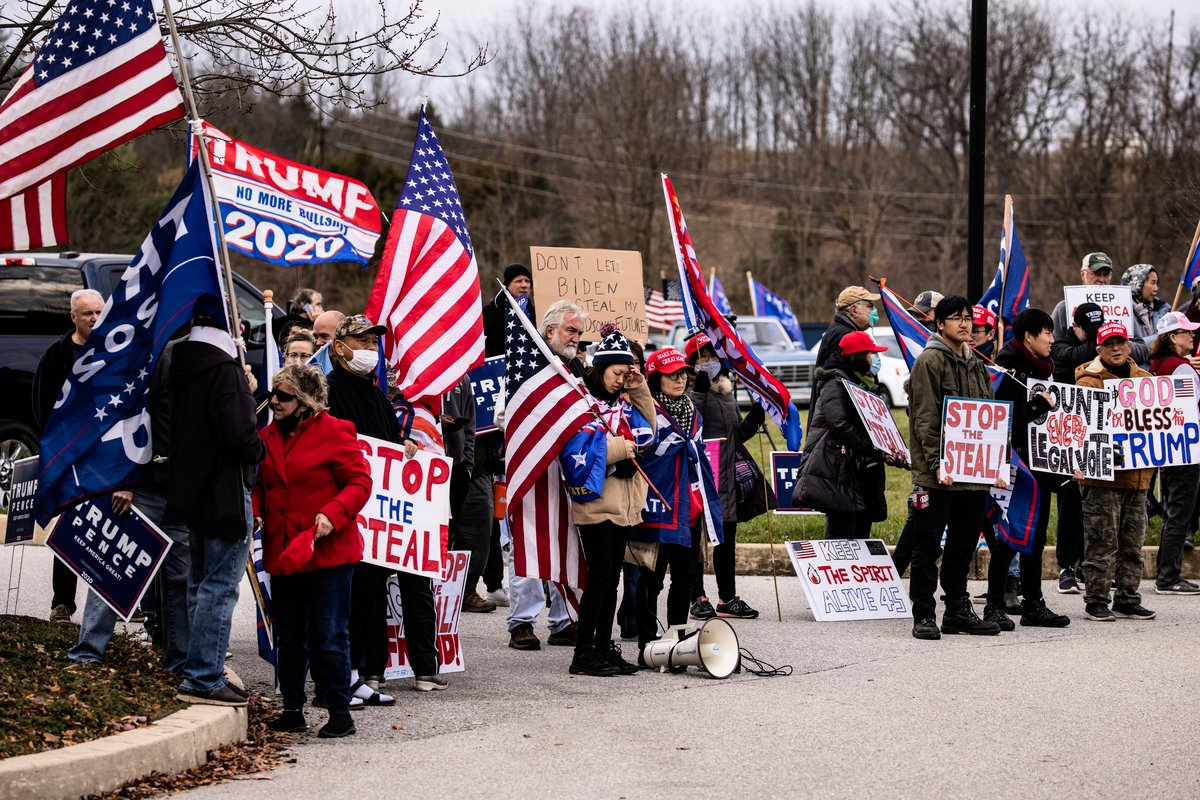 2020年11月25日,美國賓夕凡尼亞州葛底斯堡(Gettysburg),特朗普總統的私人律師魯迪·朱利亞尼出席選舉聽證會前,特朗普支持者在溫德姆葛底斯堡酒店外聚集。(Samuel Corum/Getty Images)