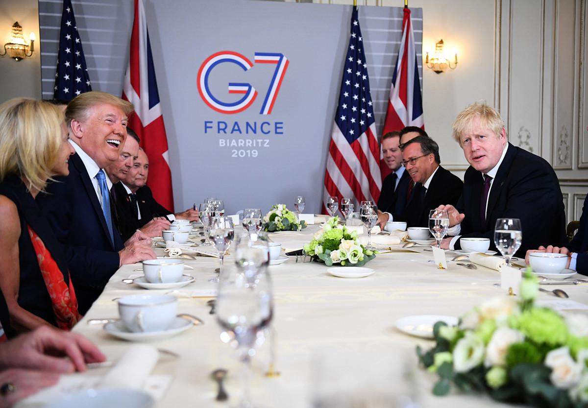周日(8月25日)美國總統特朗普再次表示,他會堅定對中共進行貿易戰,並希望把對中國商品的關稅提得更高。圖為2019年8月25日,特朗普與英國首相約翰遜共進早餐。(Dylan Martinez-Pool/Getty Images)