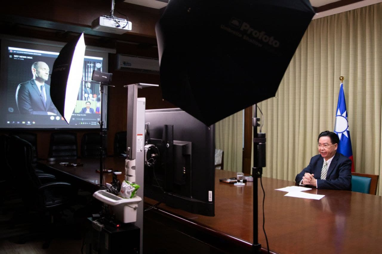 台灣外交部長吳釗燮於4月28日接受英國「Sky News」新聞頻道駐北京亞洲特派員車德明(Tom Cheshire)獨家專訪。(台灣外交部國際傳播司/台灣外交部網站)