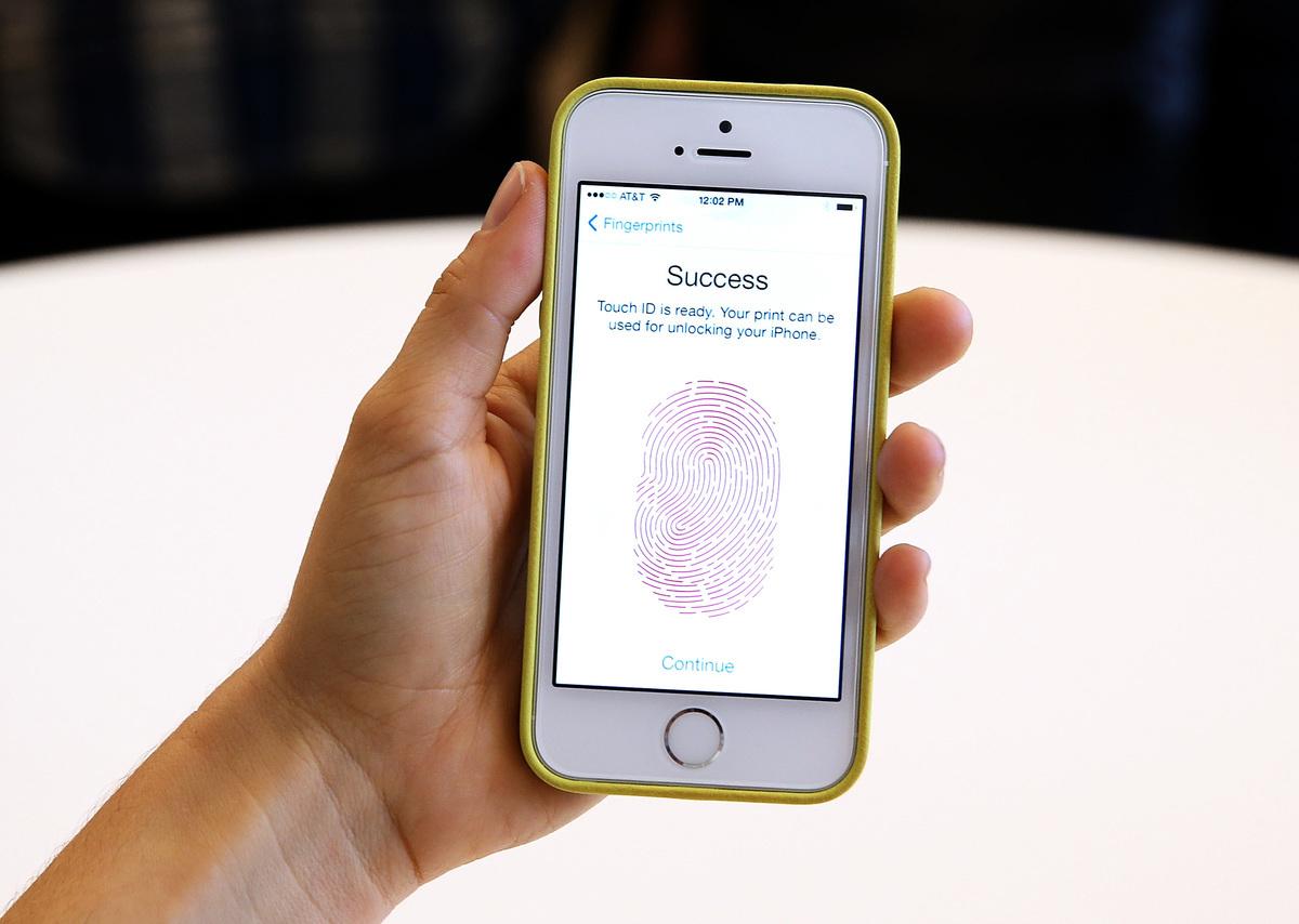 圖為蘋果iPhone的指紋識別安全系統。(Justin Sullivan/Getty Images)