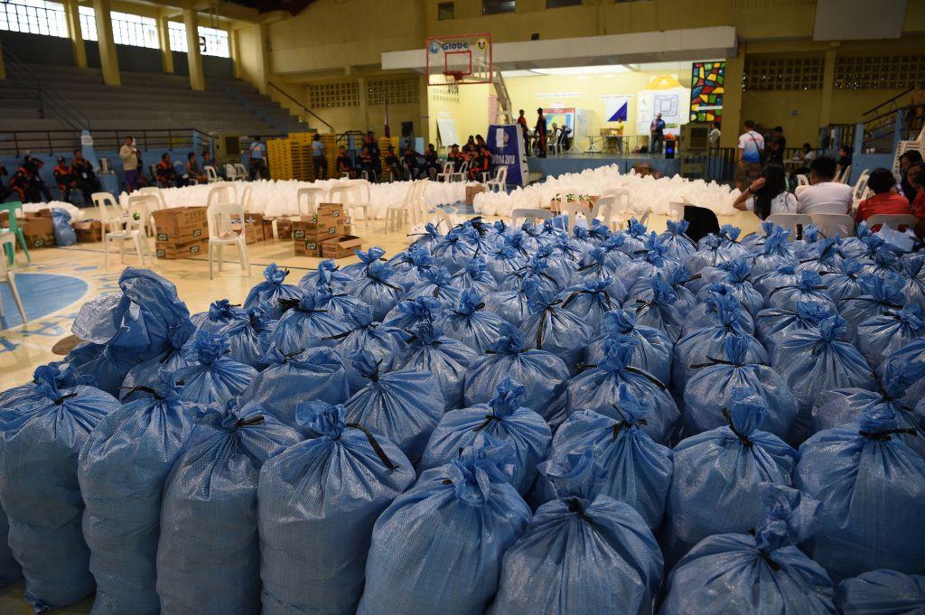 菲律賓大約有1,000萬人位在「山竹」颱風路徑範圍。圖為當地提前準備的救援物資。(TED ALJIBE/AFP/Getty Images)