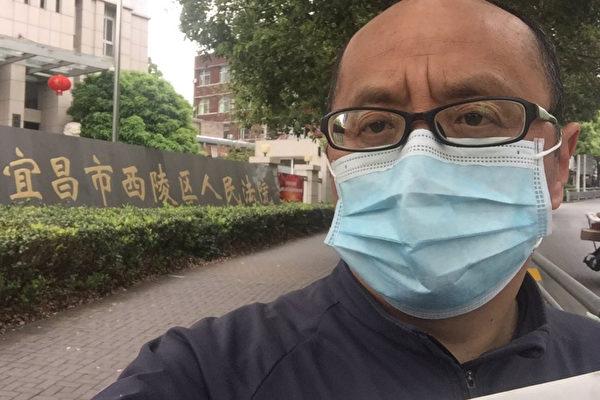 4月13日上午,譚軍到宜昌市西陵區法院遞訴狀。(受訪人提供)