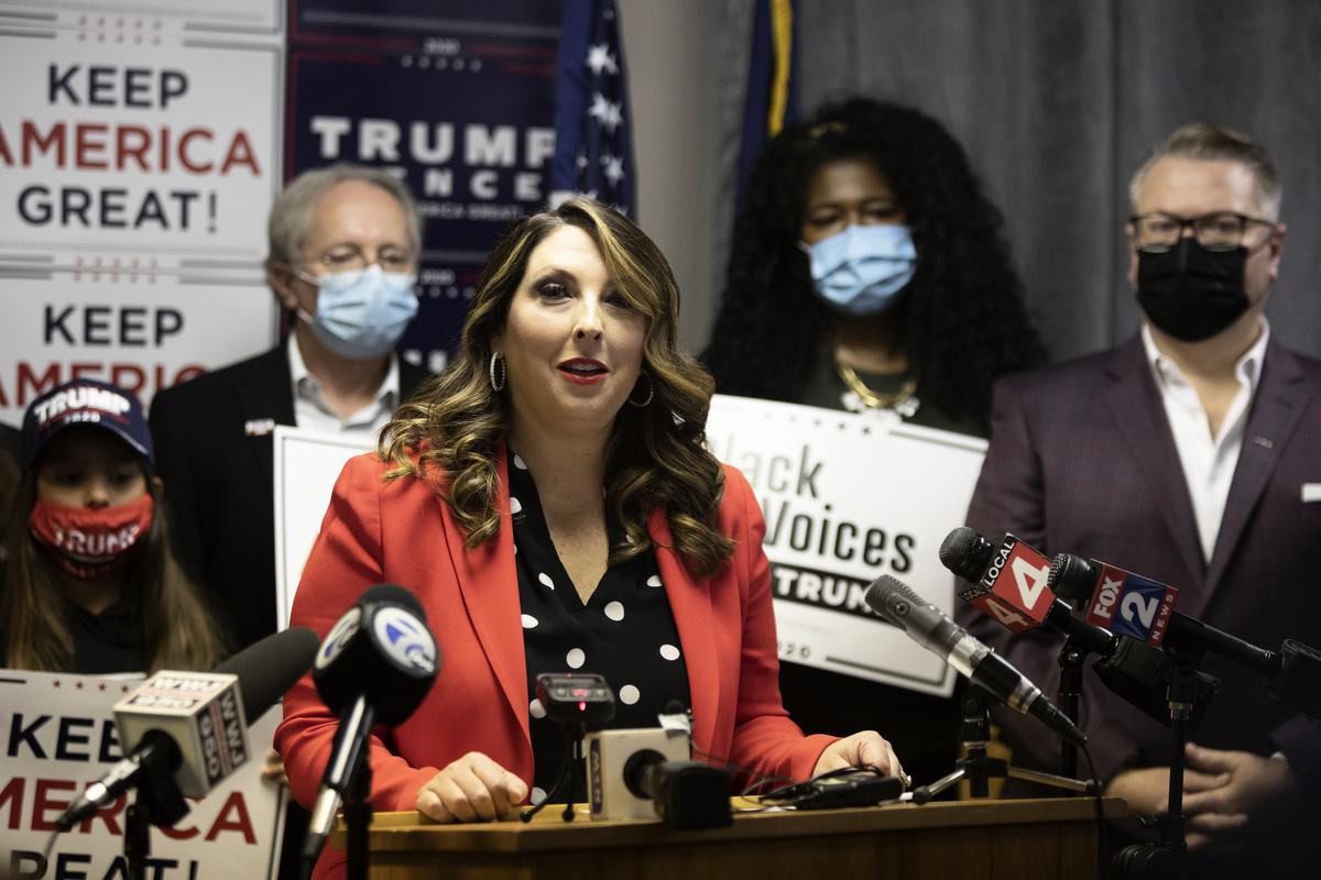 圖為共和黨全國委員會(RNC)主席羅娜.麥克丹尼爾(Ronna McDaniel)在2020年11月6日於密歇根州布盧姆菲爾德希爾斯(Bloomfield Hills)舉行的「特朗普勝利」新聞發佈會上發表講話。她談到大選現狀以及在密歇根州和全國範圍內進行投票處理不當指控的想法。(Elaine Cromie/Getty Images)