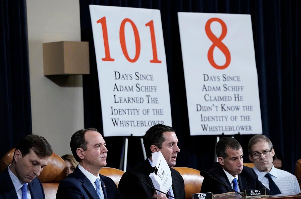 圖為美國國會眾議院情報委員會11月21日進行的彈劾總統調查聽證會現場。共和黨議員不滿民主黨人操縱聽證,在現場樹起兩張大型告示牌。(Win McNamee/Getty Images)