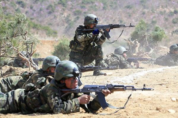 圖為2017年4月14日北韓發佈的特種作戰部隊投擲和打擊目標競賽的圖片,士兵使用的武器類似前蘇聯的AK-47衝鋒槍。(STR/AFP via Getty Images)