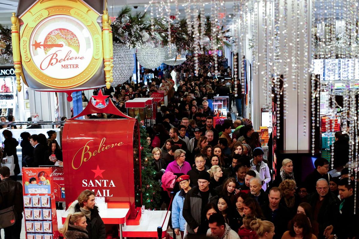 商務部周五(30日)表示,美國9月消費者支出和個人收入增幅均高於預期。圖為疫情前,美國人在節日購物季期間湧入商場逛街。(Kena Betancur/Getty Images)