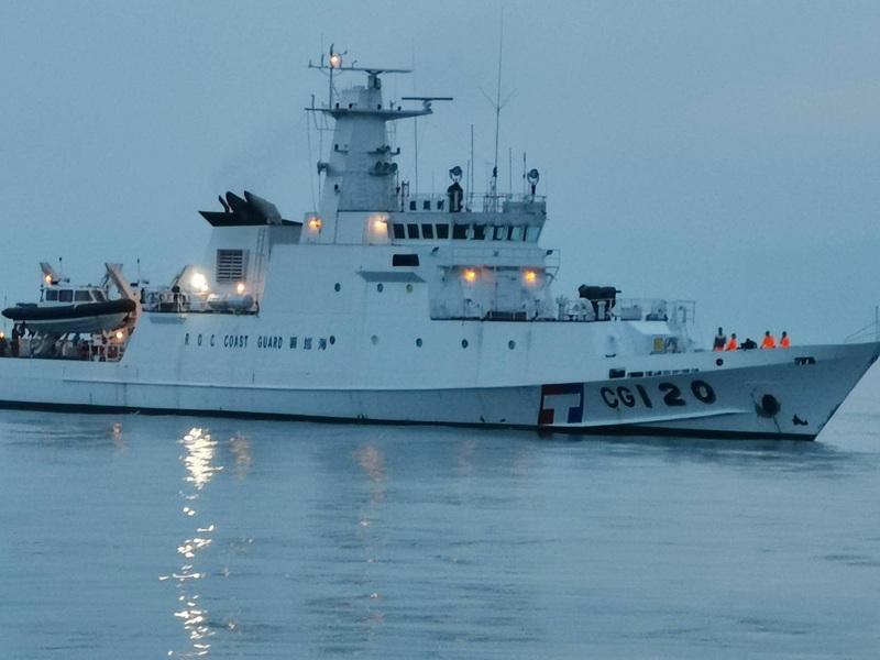 去年4月,中國大陸漁船發生向馬祖漁民、海巡隊船艇丟擲石頭等攻擊行為。馬祖海巡隊19日指出,海巡署已調派澎湖艦及2艘特勤快艇駐守馬祖海域,展開威力掃蕩。(馬祖海巡隊提供/中央社)