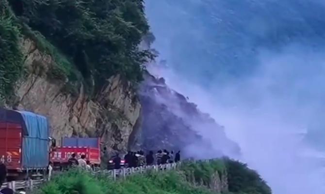 【影片】驚險! 四川冕寧發生1萬m³山泥傾瀉