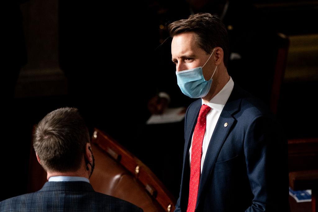 2021年1月6日霍利在國會大廈。(Erin Schaff-Pool/Getty Images)