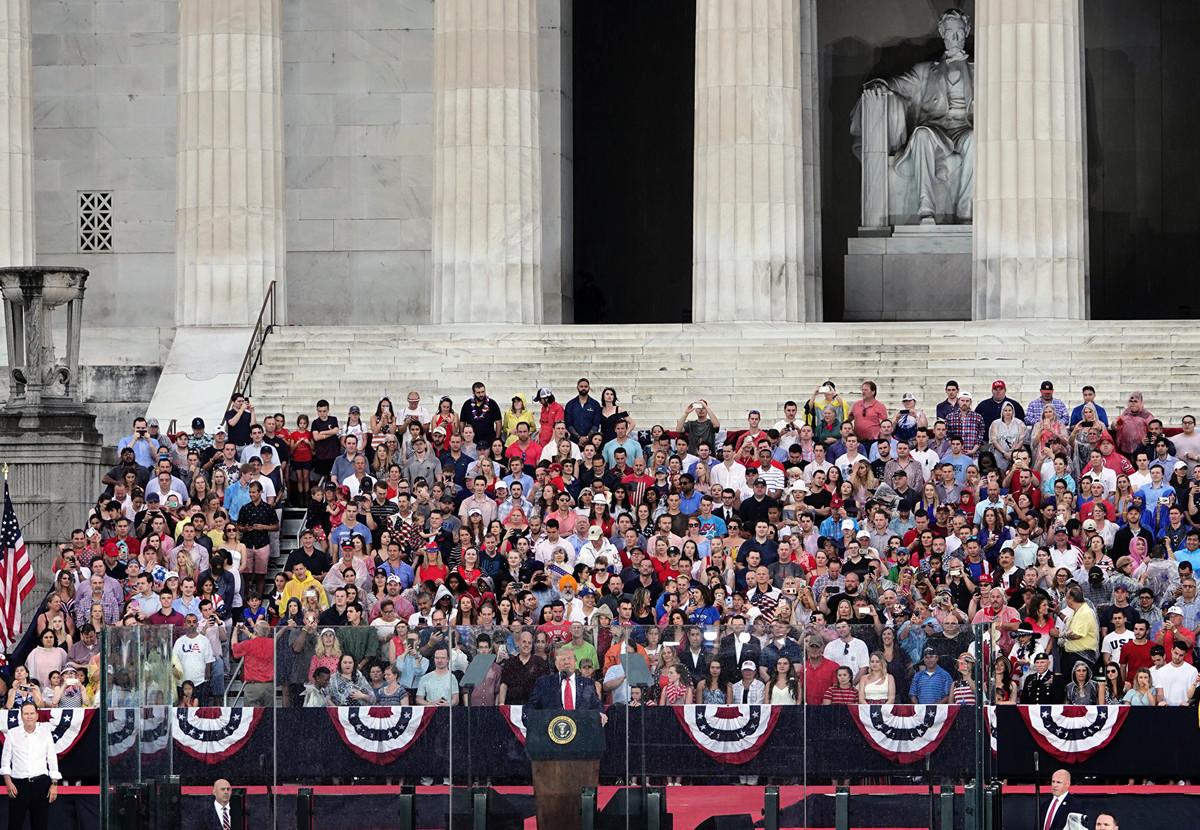 7月4日傍晚,美國總統特朗普和第一夫人在林肯紀念堂前,慶祝美國國慶日。 (亦平/大紀元)