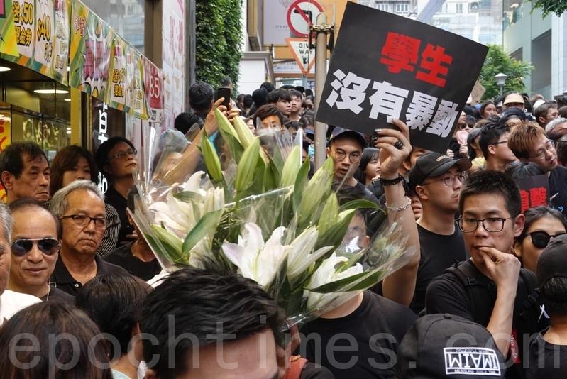 組圖2:港人穿黑衣 抬「痛心疾首」表抗議