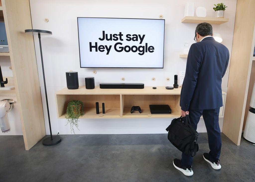 1月8日一名消費者在CES展覽會的谷歌家用產品展示台前停留。(Mario Tama/Getty Images)