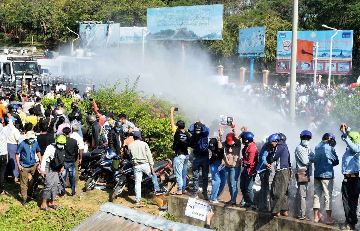 2021年2月9日,緬甸軍方用水炮攻擊抗議者。(STR/AFP via Getty Images)