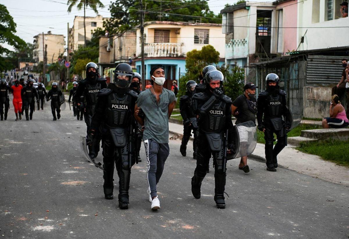 2021年7月11日,古巴爆發大規模反對共產極權政府的抗議。圖為古巴警方逮捕上街抗議共產政權的古巴民眾。(YAMIL LAGE/AFP via Getty Images)