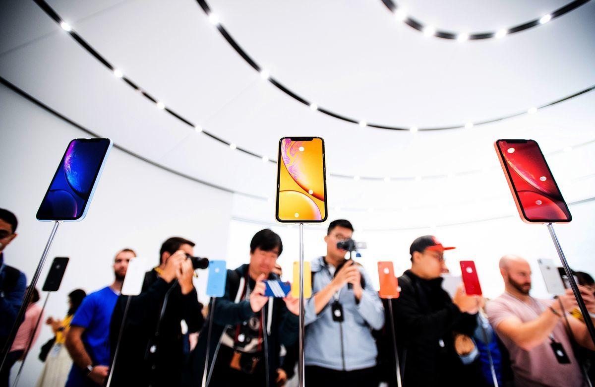 圖為2018年9月12日,蘋果公司在發佈會中場休息時間展示iPhone Xr模型。(NOAH BERGER/AFP via Getty Images)