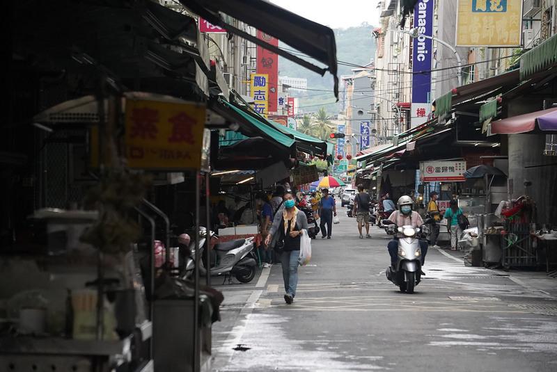 台灣疫情升溫,街道人車明顯減少,5月31日適逢市場公休日,高雄零售市場僅有少部份採買雜貨的人潮。(中央社)