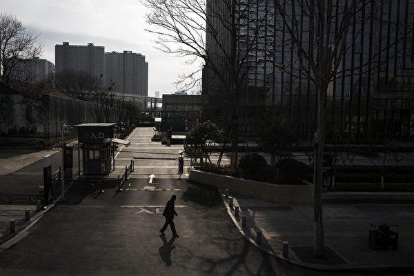 圖為武漢封城後空蕩蕩的街道。 (Stringer/Getty Images)