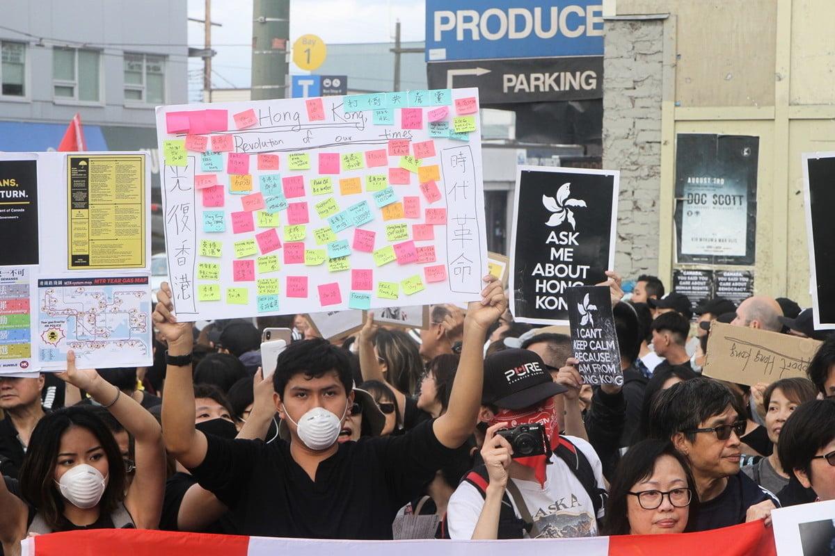 8月17日下午,一些溫哥華的香港人計劃在百老匯街City-Hall天車站外向行人講香港反送中真相,遭遇中國大陸留學生干擾,圖為香港人做出回應向中國學生展示條幅。(蘇燦/新唐人)