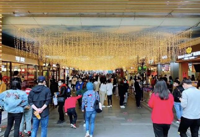 2020年4月5日網傳圖片顯示,武漢楚河漢街上人來人往。(網絡圖片)