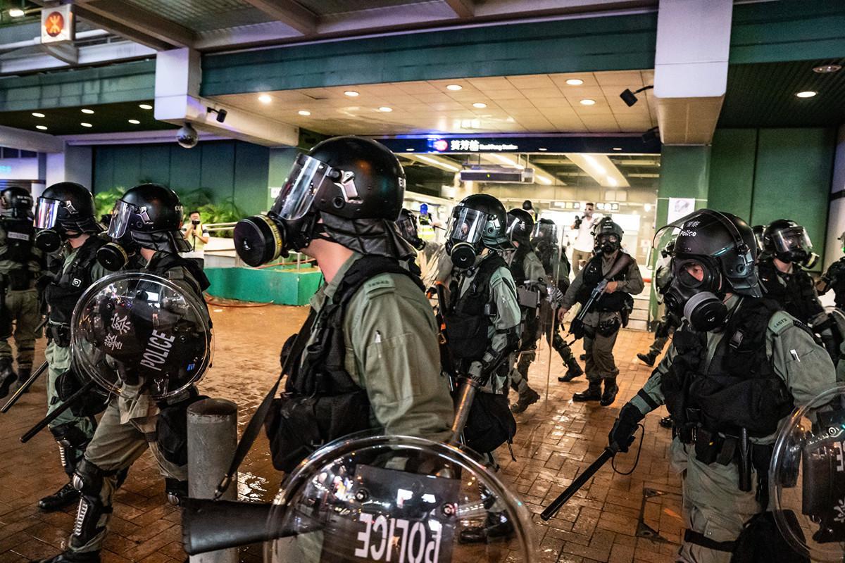 香港媒體曝光警察假扮示威者並挑起紛爭。圖為2019年8月11日,部署在香港葵芳地鐵站外的鎮暴警察。(Anthony Kwan/Getty Images)