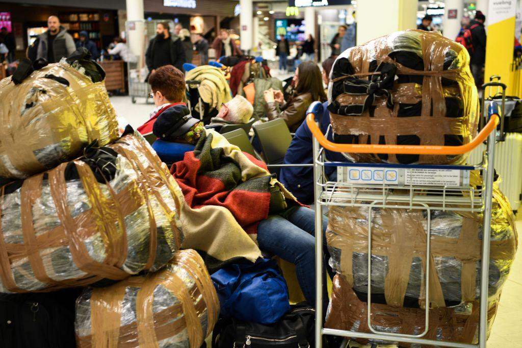 2019年12月5日,法國發生全國性大罷工,圖為乘客停滯在法國機場。(ERIC FEFERBERG/AFP via Getty Images)