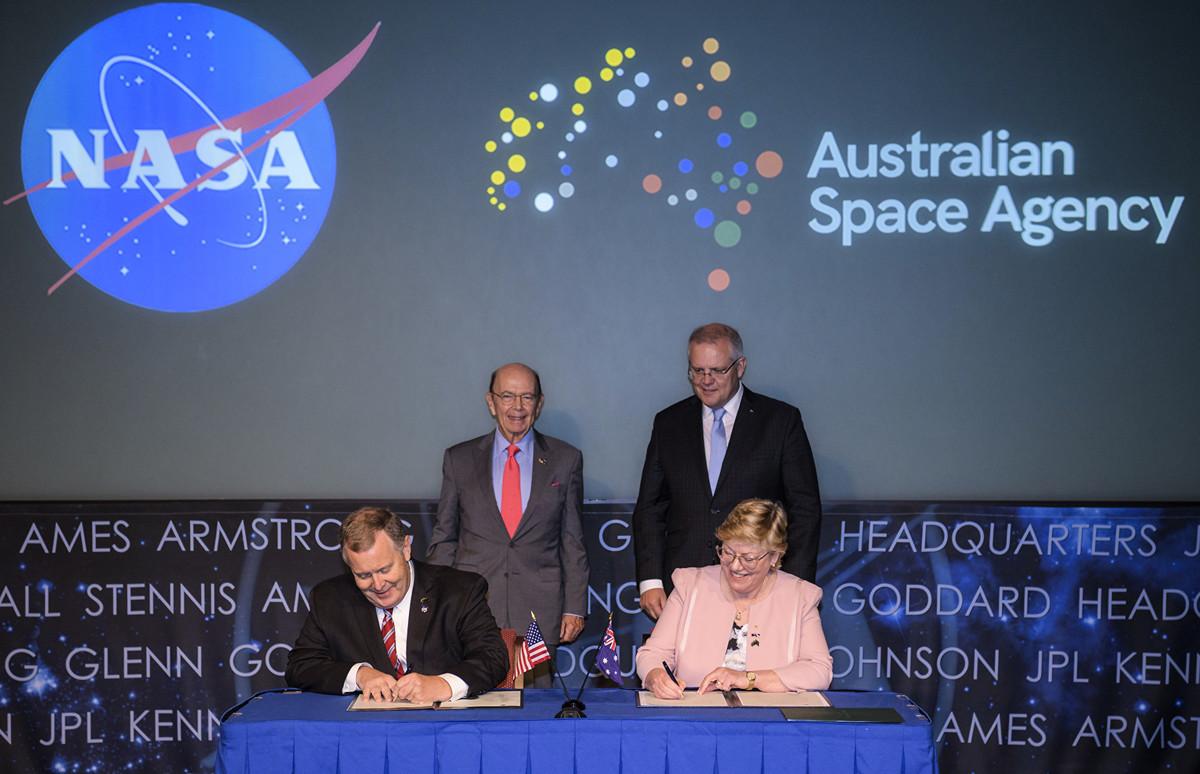 9月21日,美商務部長羅斯(Wilbur Ross)(左上)和澳洲總理莫裏森(Scott Morrison)目睹NASA和ASA雙方代表簽署太空意向書。 (Joel Kowsky/NASA /Getty Images)