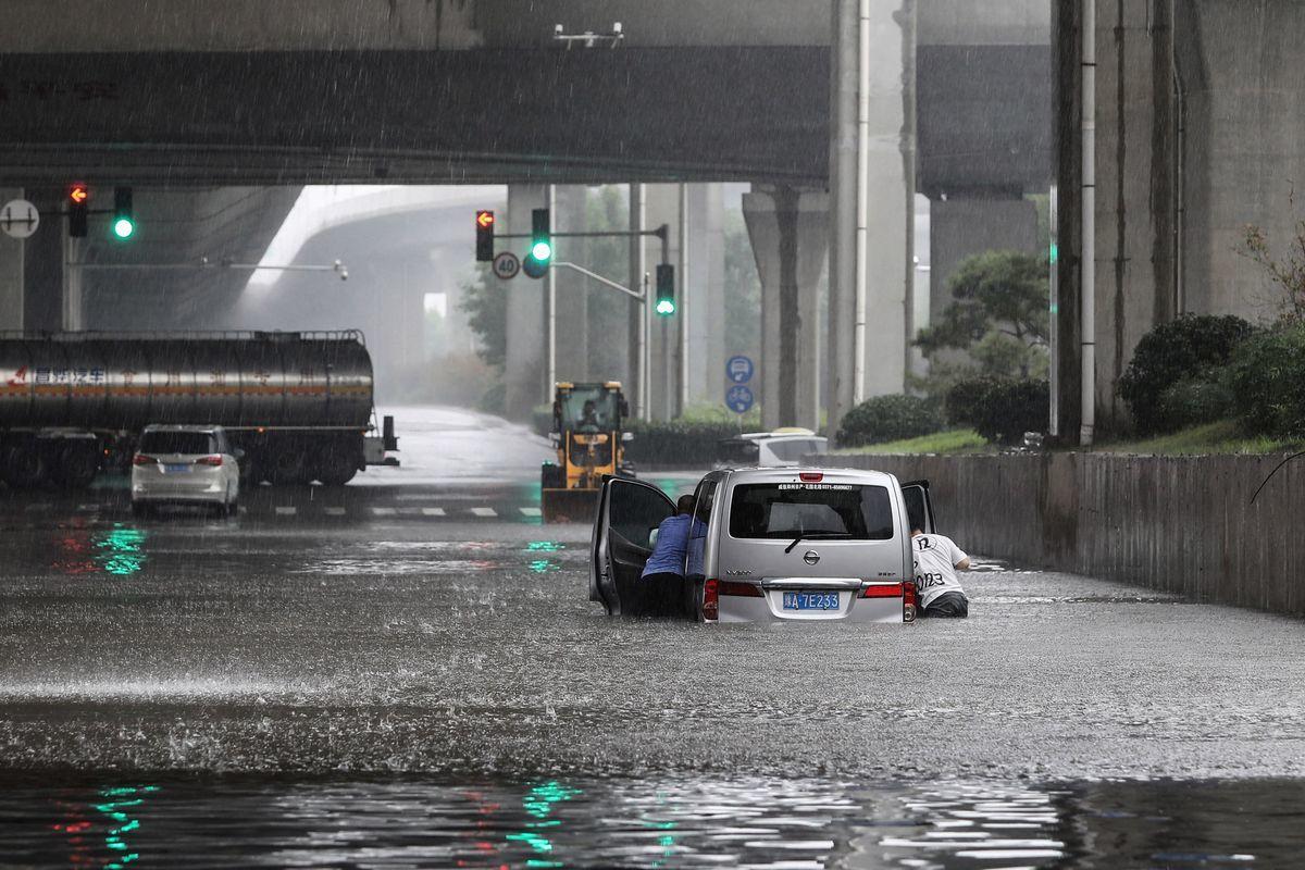中國河南省鄭州市2021年7月20日遭遇特大暴雨襲擊,變成水鄉澤國。(STR/AFP via Getty Images)
