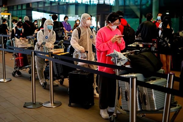 近日大紀元獲得河北多地的內部文件,曝光了多地中共外事部門勸阻海外華人回國的手段。圖為資料照。(TOLGA AKMEN/AFP via Getty Images)