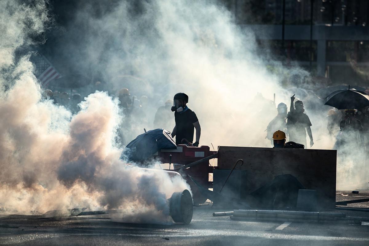 8月5日警方在大埔警署附近的新興花園發射催淚彈。(PHILIP FONG/AFP/Getty Images)