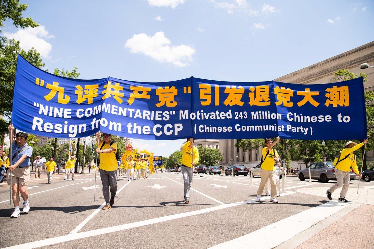 海外法輪功修煉者在美國首都舉行盛大遊行活動。圖為法輪功學員以橫幅告訴世人「九評引發退黨大潮」。(戴兵/大紀元)