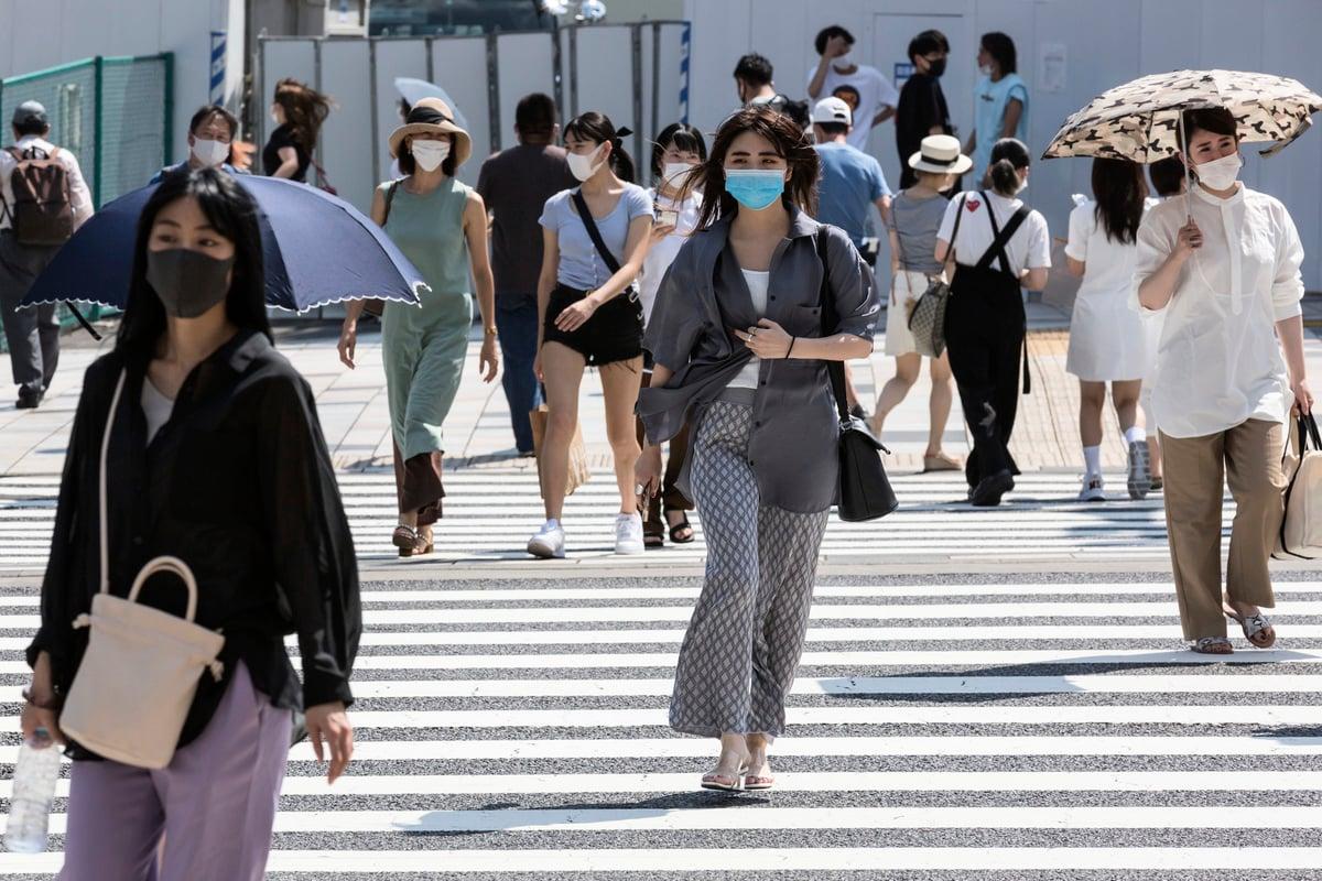 日本政府逐步提升口罩產能,8月份國產量已達到5億片,佔國內口罩供應總量的一半。圖為2020年8月4日,日本東京,街上的民眾多數戴著口罩。(Yuichi Yamazaki/Getty Images)