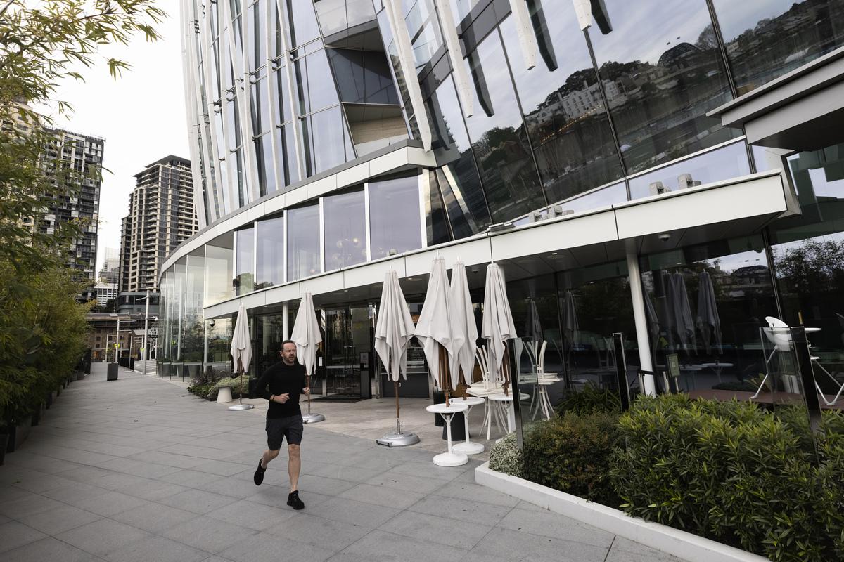 在悉尼和墨爾本為防止疫情擴散進入封鎖和限制之際,澳洲消費者信心指數大跌。圖為悉尼市中心冷清的街道。(Brook Mitchell/Getty Images)