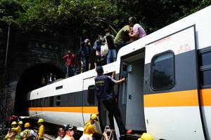 台鐵出軌事故50死 初判工程車未拉煞車手掣釀禍