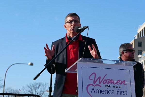 12月12日,數十萬來自美國各州的民眾聚集首都華盛頓DC,舉行盛大集會和遊行,要求「停止竊選(Stop The Steal)」,力挺特朗普總統。圖為弗林將軍在自由廣場的集會上發言。(李辰/大紀元)