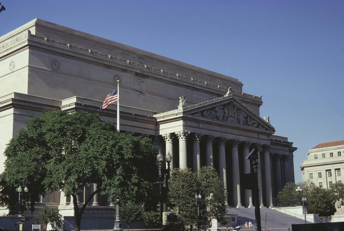 圖為位於美國華盛頓特區賓夕凡尼亞大道上的國家檔案館大樓,它是國家檔案和記錄管理局的原總部。(Harvey Meston/Archive Photos/Getty Images)
