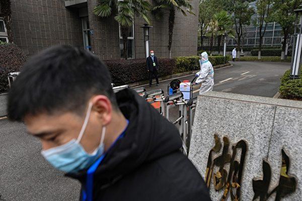 2月2日,世衛專家小組的成員在湖北省動物疾病預防控制中心,調查中共病毒的來源。(HECTOR RETAMAL/AFP via Getty Images)