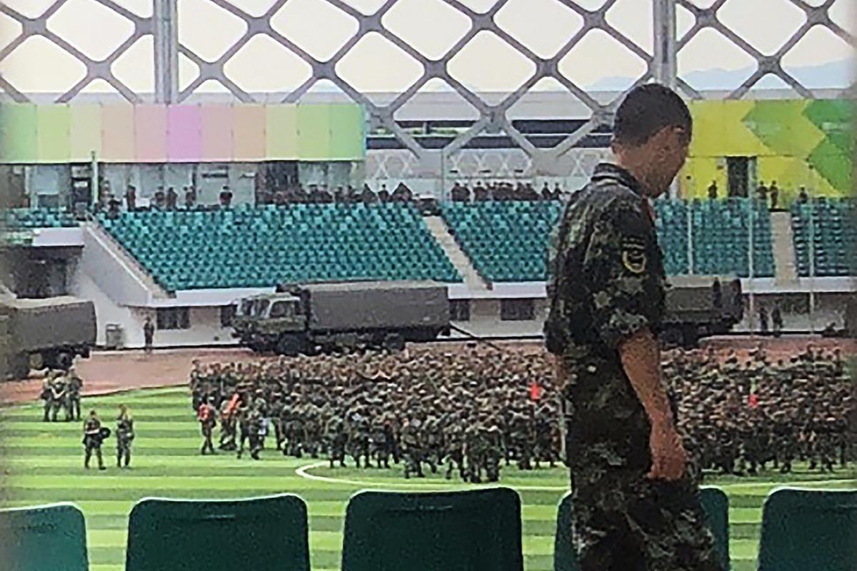 2019年8月15日,數以千計的中共武警在深圳灣體育中心進行演習。(STR/AFP/Getty Images)