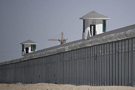 圖中設施被認為是新疆和田市郊一處主要關押穆斯林族裔的「再教育營」,攝於2019年5月31日。(GREG BAKER/AFP via Getty Images)