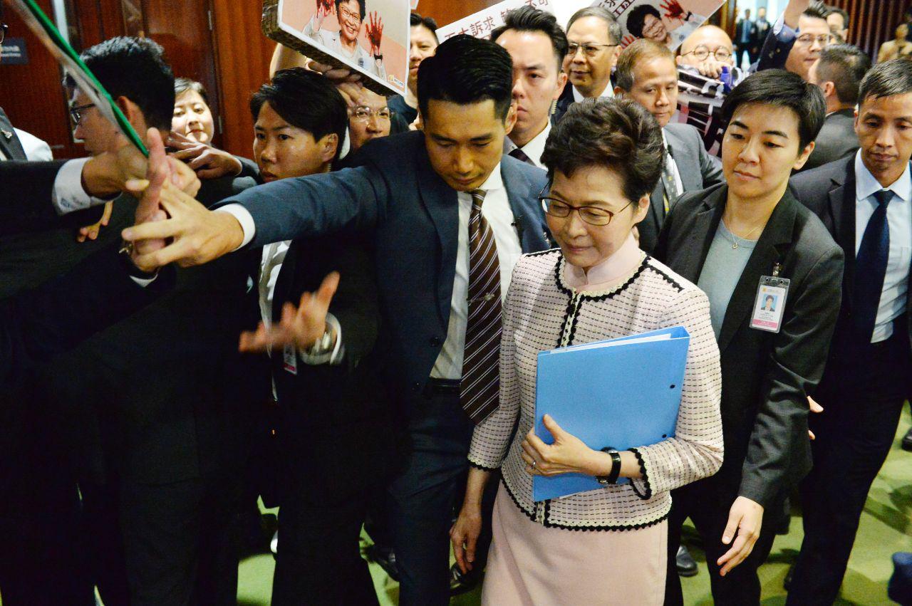 2019年10月16日,林鄭月娥進入立法會宣讀任內第三份的施政報告,被民主派議員抗議。(宋碧龍/大紀元)