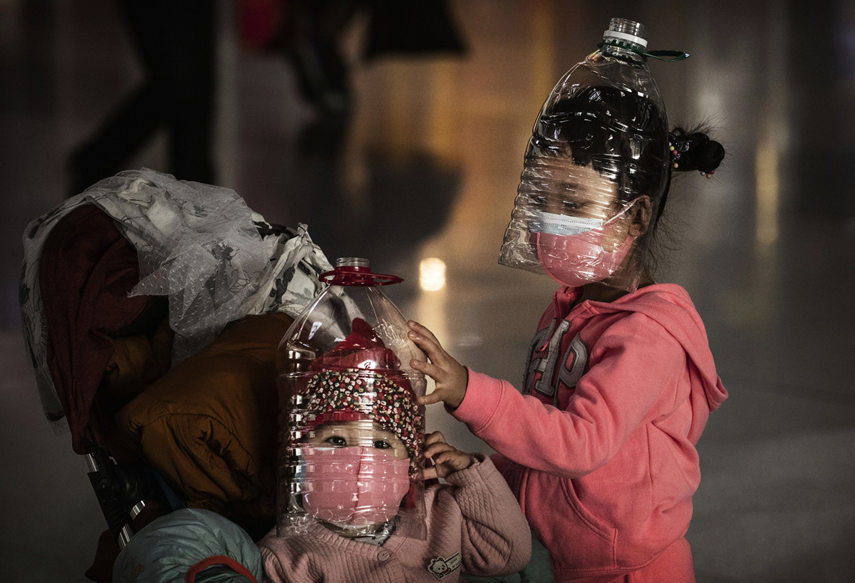 隨著海外中共病毒病例增加以及各國疲於應付疫情,中國國內互聯網上卻充斥著一波又一波的民族主義自豪感、陰謀論和反美情緒。圖為1月30日在北京首都機場等機的孩子,都穿戴著家庭自製的防護裝備。(Kevin Frayer/Getty Images)