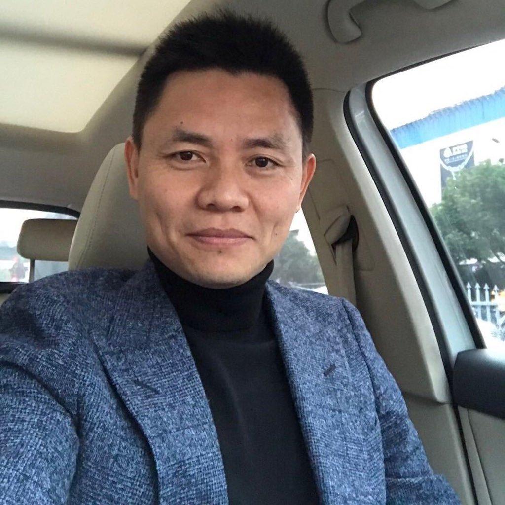 多次公開呼籲中國建立憲政的上海法律學者、前律師張雪忠日前近日在上海遭警方帶走。(網絡圖)