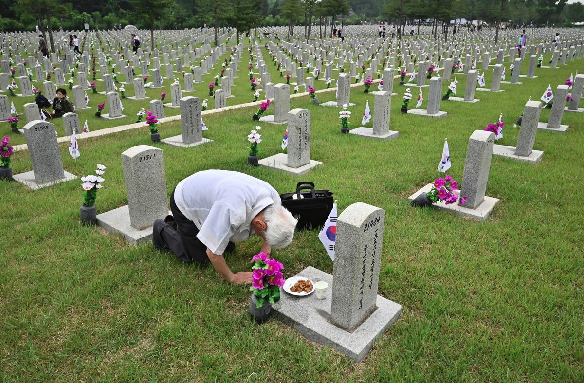 2019年6月6日,一名南韓居民在墓園悼念1950-1953韓戰中陣亡的親屬。(JUNG YEON-JE/AFP via Getty Images)