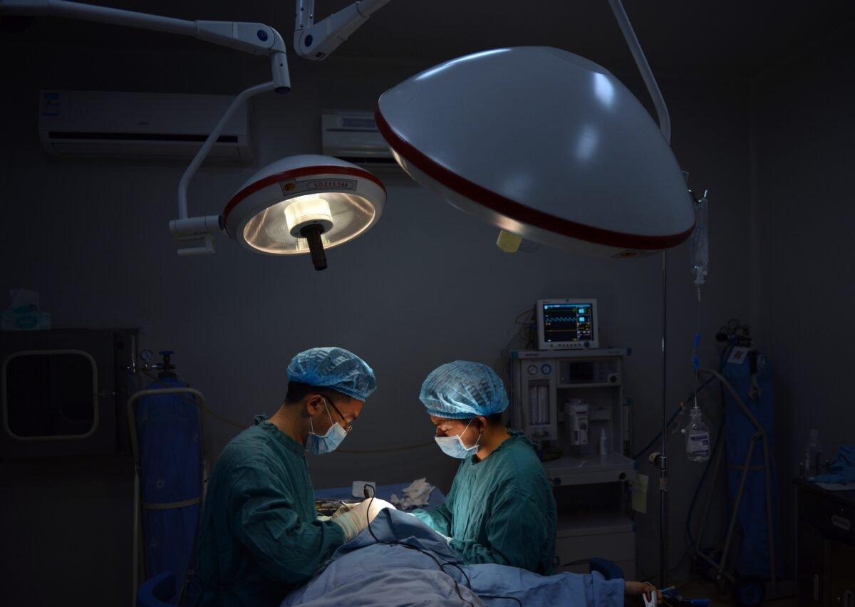 圖為示意圖。中國重慶一家醫院的醫生正在進行鼻部手術。(Peter Parks/AFP via Getty Images)