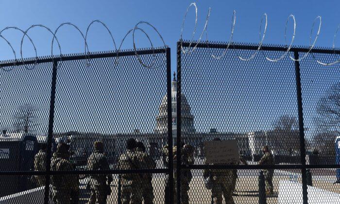 圖為2021年3月5日,國民警衛隊士兵在美國國會大廈外巡邏。 (Olivier Douliery/AFP via Getty Images)