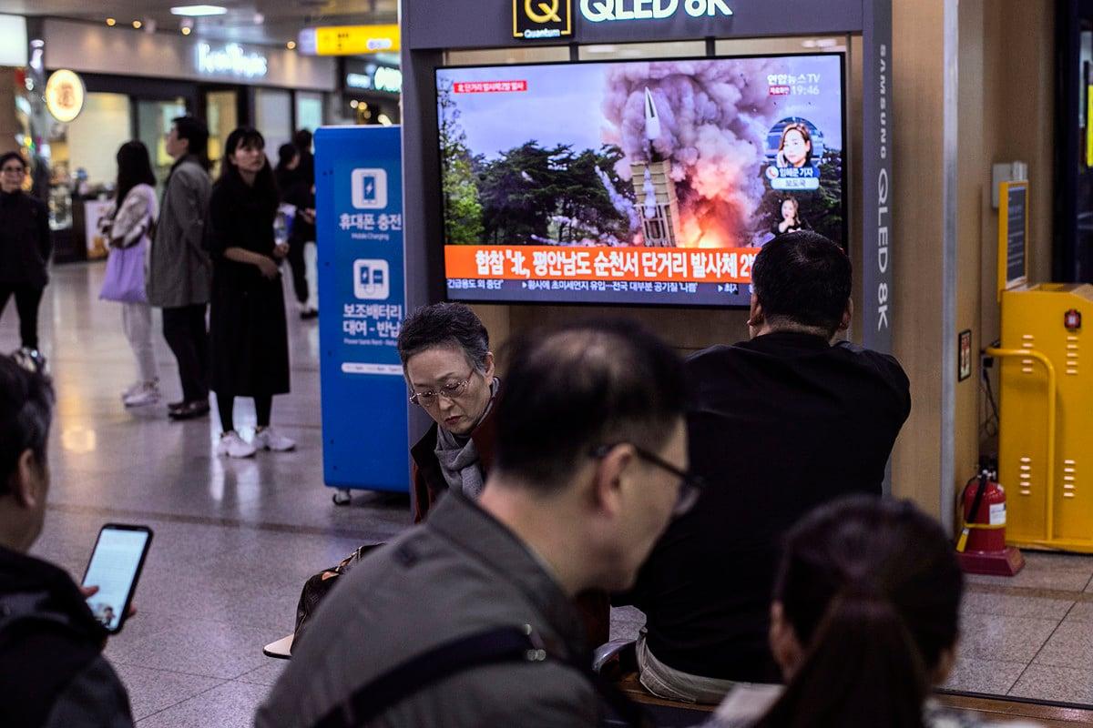 2019年10月31日,南韓民眾觀看電視報道北韓試射導彈的新聞。(Woohae Cho/Getty Images)