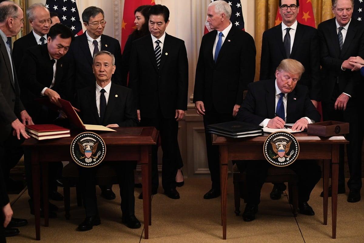 2020年1月15日,美國總統特朗普與中共國務院副總理劉鶴在華盛頓簽署中美第一階段經貿協議。(SAUL LOEB/AFP)